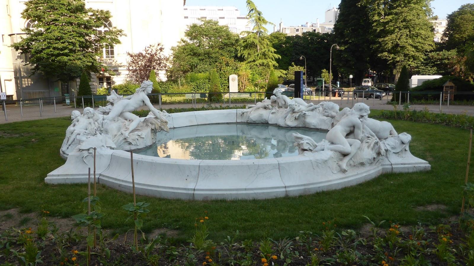 Ce Bassin De Marbre Blanc Représente La Seine Et Ses Affluents, Dans Un  Style Art Nouveau Parfaitement Adapté Au Voisinage Du Grand Palais.