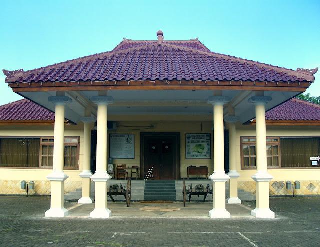 Tampak Depan Gedung Museum Cakraningrat