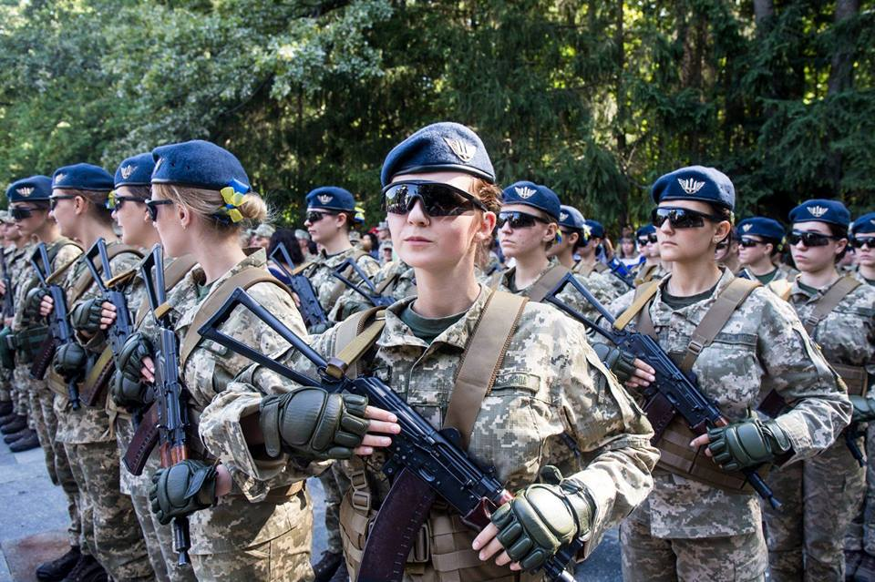 дівчата-курсанти університету Повітряних Сил складають військову присягу