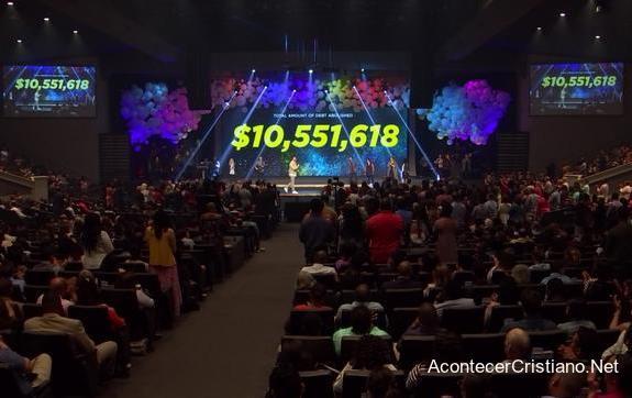 Mega iglesia paga deuda médica de familias locales