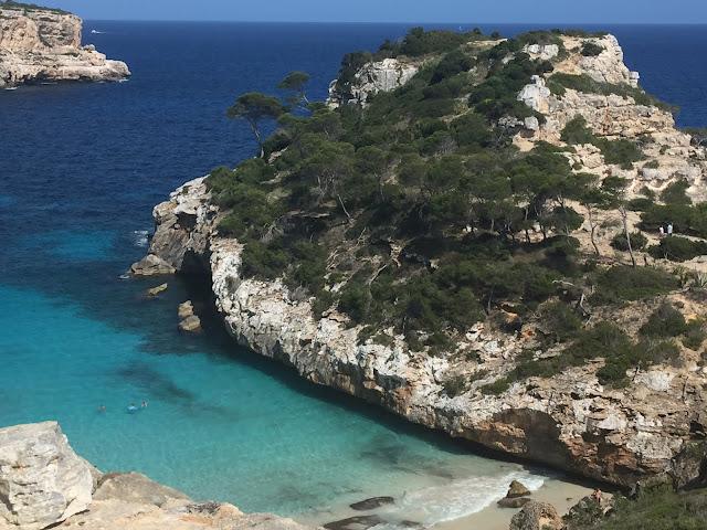 Vista de cima da praia Caló des Moro.