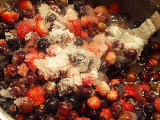 Grosellas y fresitas macerando con azúcar
