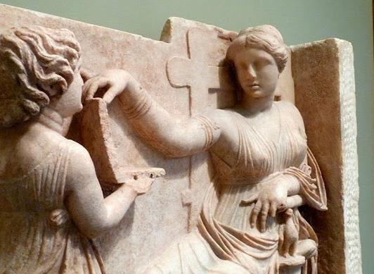 ΑΠΙΣΤΕΥTO! Αρχαία Ελληνίδα με… λαπτοπ σε γλυπτό του 100 π.Χ. (Βίντεο)