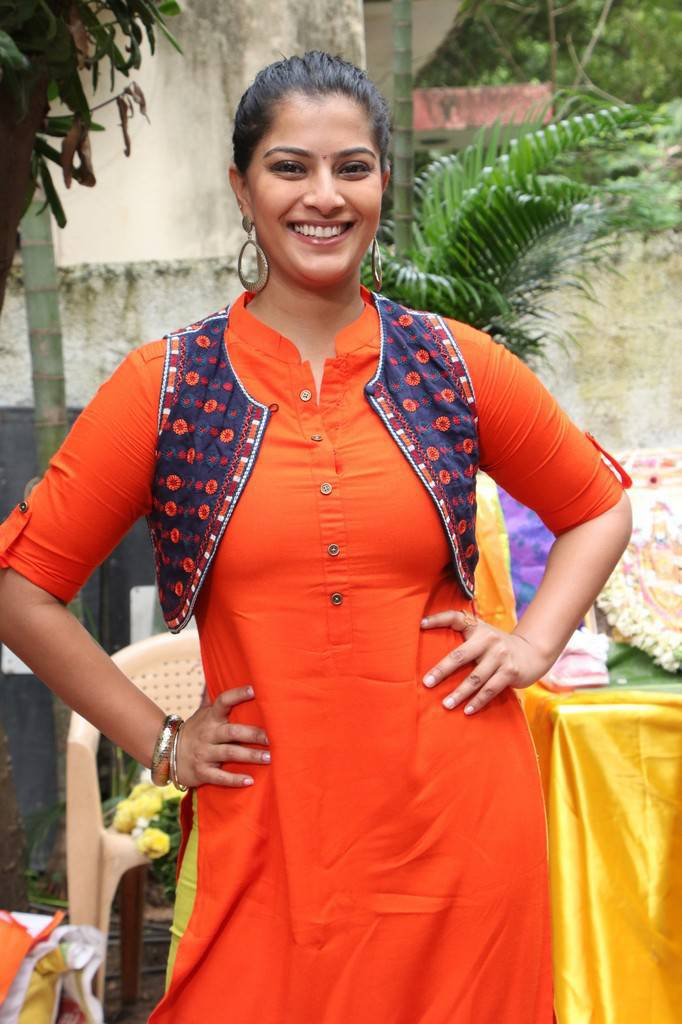 Varalaxmi Sarathkumar Photos At Mr Chandramouli Movie Pooja