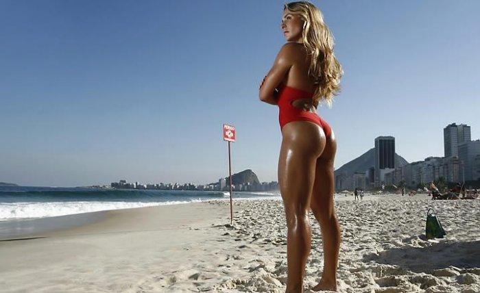 Joana Machado na Praia mostrando o Corpo Sarado e Bonito de Maiô com Lindas Pernas
