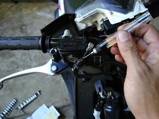 Ini Cara Yang Paling Benar Merawat Kabel Gas Secara Rutin Pada Motor Matik