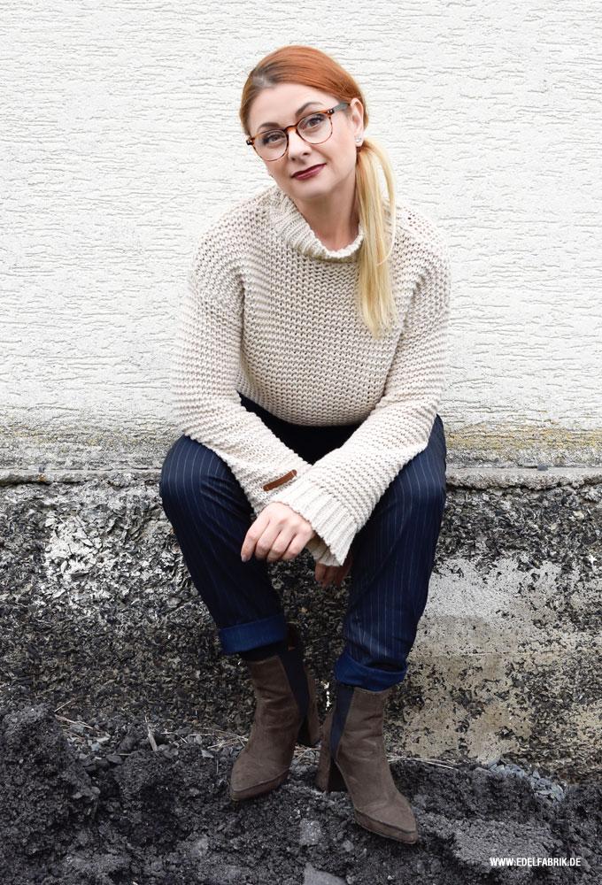 Cremeweißer Strickpullover dunkelblaue Nadelstreifen Hose für Frauen
