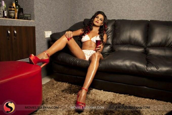 Veena Malik in bikini, Veena Malik sexy legs, Veena Malik hot legs, Veena Malik thunder thighs, Veena Malik hottest hd wallaper, Veena Malik on sofa, Veena Malik white bikini pics