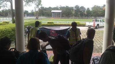 entrega de maletas en mano aeropuerto de sukhothai