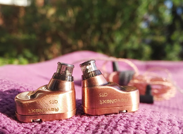 Revonext Qt5 Copper Wired Earphones Worn Over The Ear