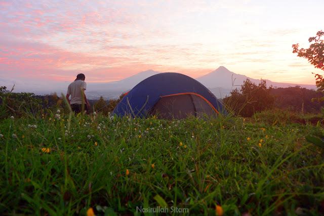 Tenda yang sudah berdiri sejak semalam di timur embung