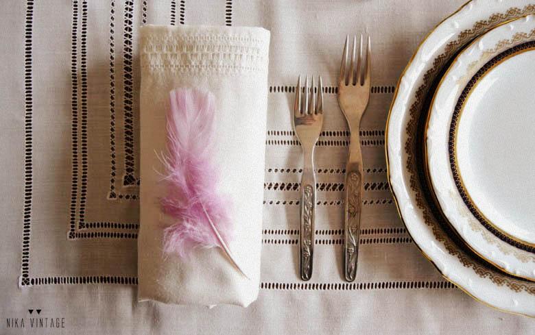 decoracion de una mesa clasica con mantel de vainica, vajilla y cristaleria grabada