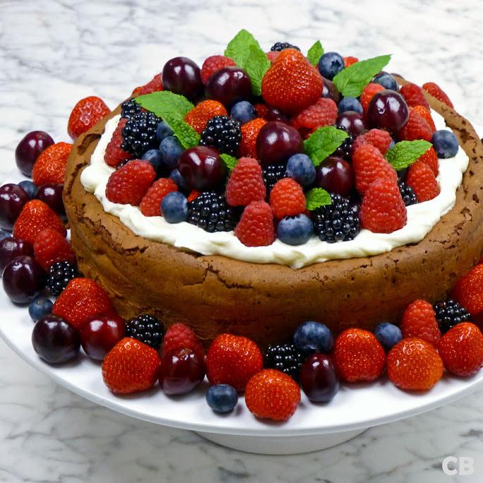 Chocolade-desserttaart met rood fruit en slagroom
