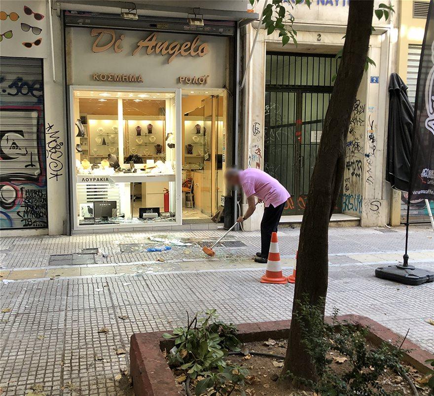 Αστυνομικές πηγές αναφέρουν ότι την υπόθεση και το περιστατικό του  ξυλοδαρμού θα διερευνήσει η ασφάλεια Αθηνών. Καρέ – καρέ η ληστεία στο  κοσμηματοπωλείο ... 8e2eec3c641