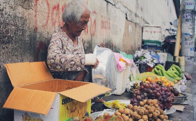 Rơi nước mắt trước cụ bà 86 tuổi tay bó bột, ngày ngày vượt 120km đi bán hoa quả giữa Sài Gòn nuôi 2 con bệnh độc