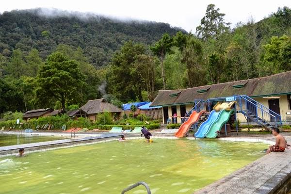 kolam berendam dan arena bermain