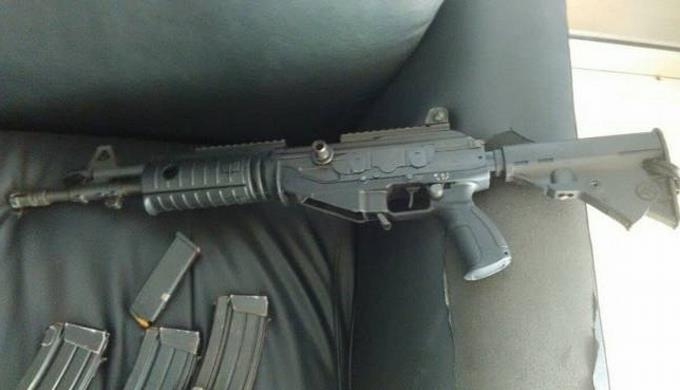 Vinculan a dos haitianos en asalto a sucursal de Banco Popular; fusil utilizado es de la policía haitiana
