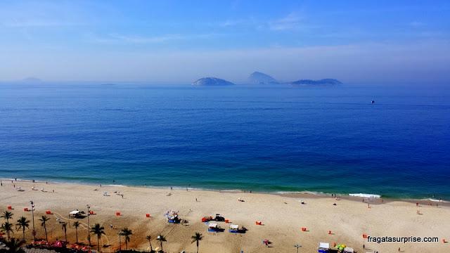 Rio de Janeiro: a Praia de Ipanema vista do terraço do hotel Golden Tulip Ipanema Plaza