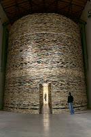 Bir sürü kitabın üst üste koyulmasıyla inşa edilmiş yuvarlak ve yüksek bir kitabevi
