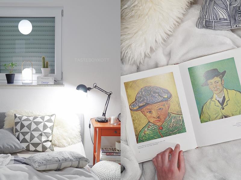 Schlafzimmer gemütlich modern am Abend einrichten: Tischleuchten, Wohntextilien in weiß + grau, Bildbände