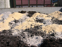 堆肥、米糠、木灰、肥料を混ぜる