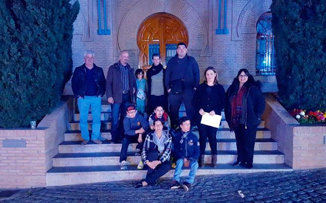 Acto publico frente a la fachada del ayuntamiento de Illescas iluminada con luz azul. IMAGEN COMUNICACION ILLESCAS