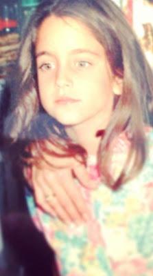 Η μικρή Δούκισσα με σκούρα καστανά μαλλιά ποζάρει με χάρη και άνεση στον  φακό -πιθανόν να τη φωτογραφίζει ο διάσημος μπαμπάς της ad5a6389e1f