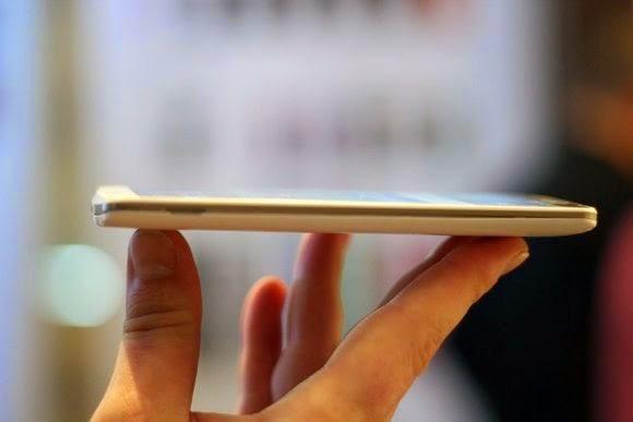 Vista de perfil do LG G3. Ele tem 8,9 mm de espessura e pesa 149 gramas