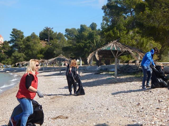 """Ομάδα του Πολιτιστικού Συλλόγου """"ΦΡΑΓΧΘΙ"""" καθάρισε την παραλία Ευαγγελίστριας"""