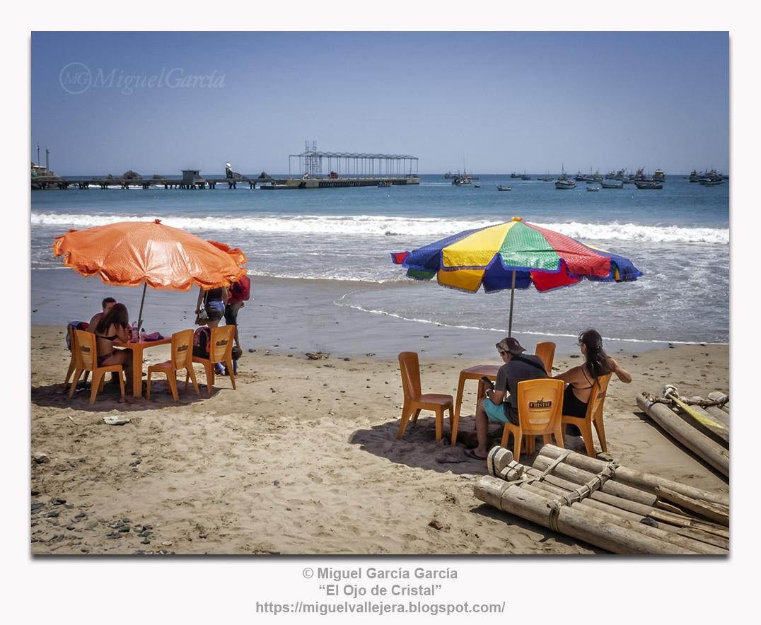 Yacila (Perú).- Sombrillas y balsas de pescadores.