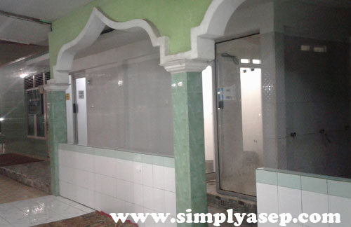 MEWAH : Bagian WC Pria dan Wanita di Masjid Darunnajah Serdam ini  hanya bersebelahan. Inilah salah satu Masjid yang memiliki WC nya termewah kelas HoTEL berbintang. Berkaca transparan. Foto Asep Haryono
