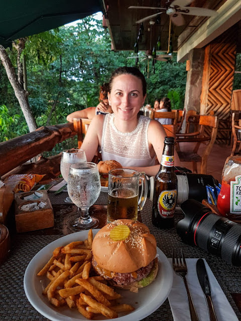 Hamburguesa en el restaurante el avión, Quepos, Costa Rica