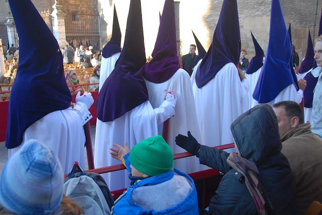 Petición estampitas a los nazarenos Madrugá Semana Santa Sevilla