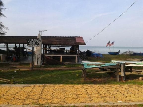 beli hasil laut di pengkalan nelayan pantai puteri