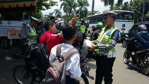 Tidak Pakai Helm, Alasan Pelajar ini Membuat Polisi Tertawa Ketika Hendak Ditilang