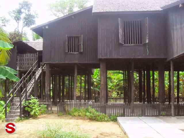 Gambar Rumah Betang Tua di Desa Buntoi Kalimantan Tengah