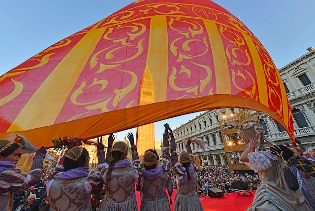 120.000 lidí a odstřelovači v neděli na Benátském karnevalu, vollo dell aquila, let orla, zažijte benátky jako místní, benátky průvodce, kam v benátkách, co vidět v benátkách, benátky památky, benátky historie, kde se najíst v benátkách,