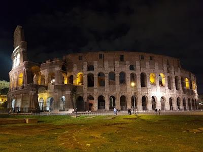 Vistas del Coliseo de Roma de noche