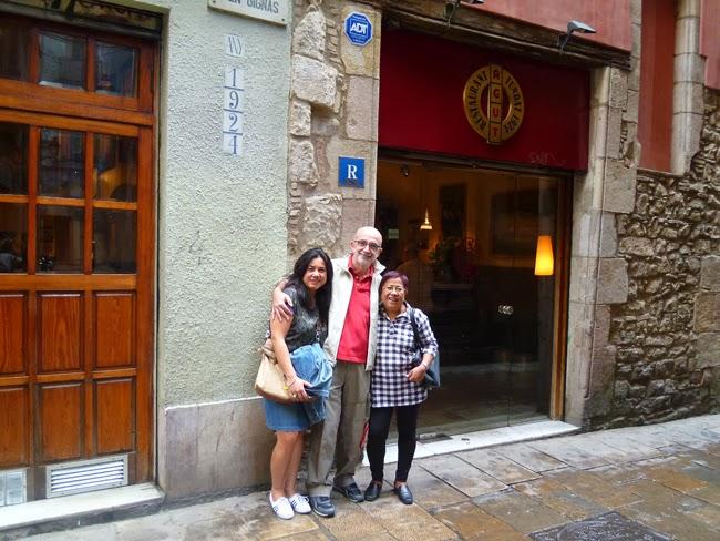 En la puerta del restaurante Agut de Barcelona