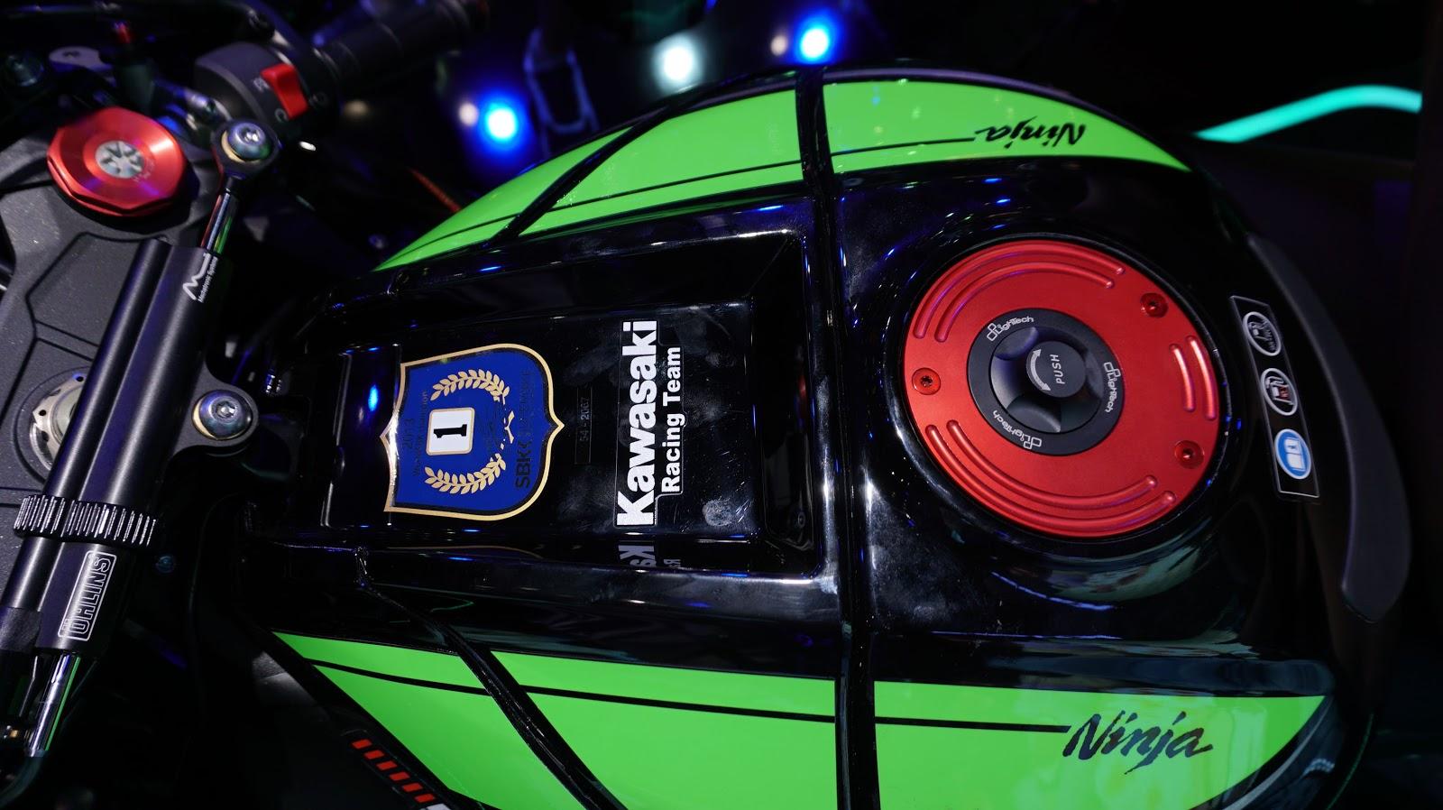 Bình nhiên liệu của Kawasaki Ninja ZX-10R ABS có thể chứa 17 lít xăng
