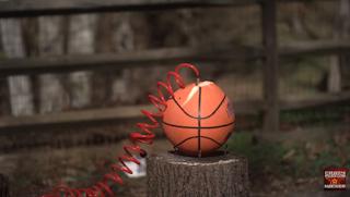 Τι θα γίνει αν φουσκώσεις μια μπάλα του μπάσκετ μέχρι... το τέρμα; (Βίντεο)