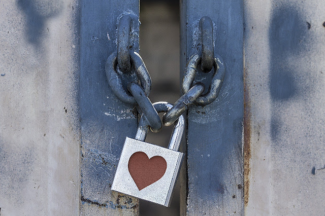 porta-fechada-cadeado-coração