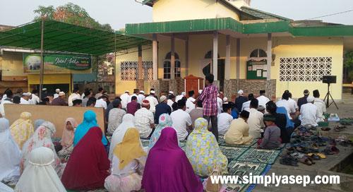 IEDUL ADHA : Jamaah sudah mulai menyesaki halaman Masjid Babussalam Duta Bandara Kubu Raya sebelum pelaksanaan Sholat Ied di mulai tepat pada puku;l 07.00 WIB tadi pagi (22/8).  Photo Asep Haryono