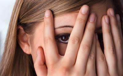pendiam dan pemalu merupakan tantangan besar yang biasanya disukai para laki-laki 8 Cara Meluluhkan Hati Wanita Cuek, Pendiam & Pemalu
