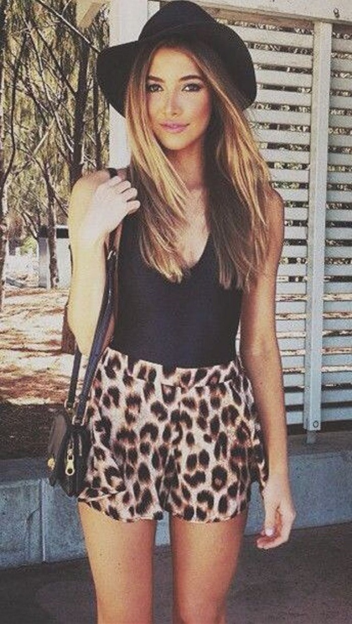 what to wear with a pair of leopar shorts : bag + black top + hat