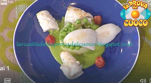 Prova del cuoco - Ingredienti e procedimento della ricetta Medaglione di patate e piselli con seppie e calamari di Gian Piero Fava