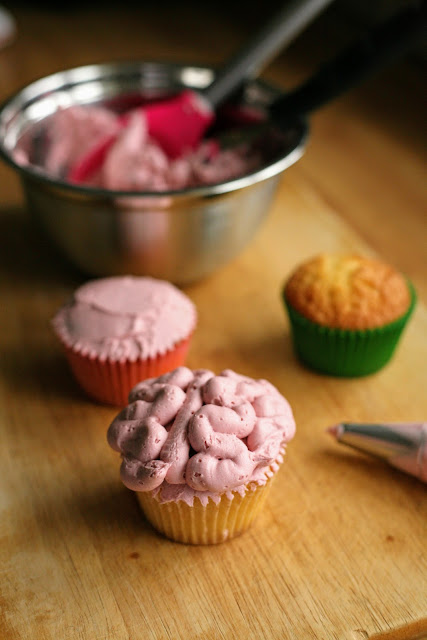 Hallowe'en Zombie Brains Cupcakes, the perfect addition to your party! www.goodfoodshared.blogspot.com