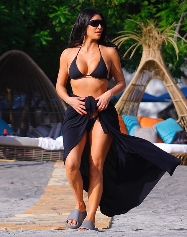 Kim  Kardashian Flaunts her sexy curves on family Vacation