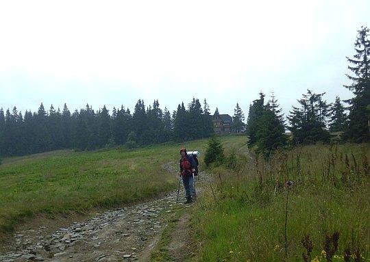 Hala Rysianka ze schroniskiem PTTK położonym na wysokości 1290 m n.p.m.
