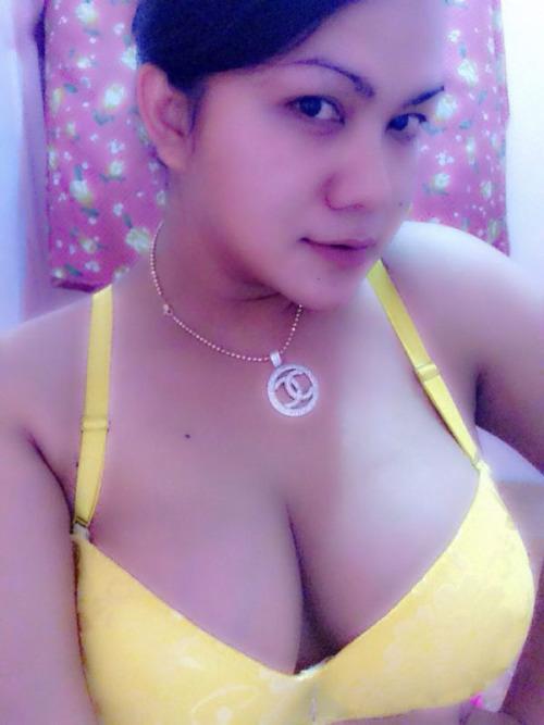 Tante Janda Anak satu Selfie Sexy Narsis Bra Kuning